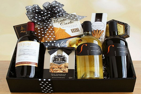 christmas wines with snacks basket